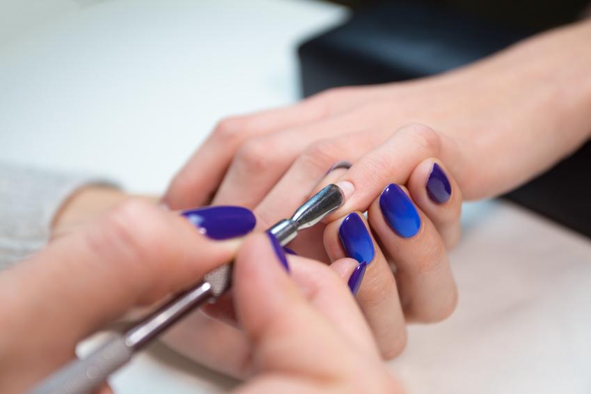Nageldesign mit Pacific Blue auf Fingernägeln