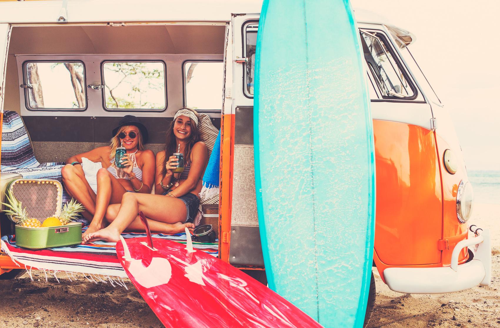 Zwei Frauen in einem Van zeigen Ihre Neon Nails