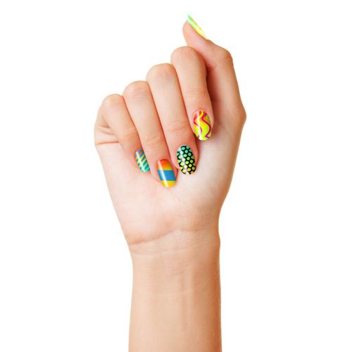 Hand einer Frau mit frischer Dotting Pen Maniküre