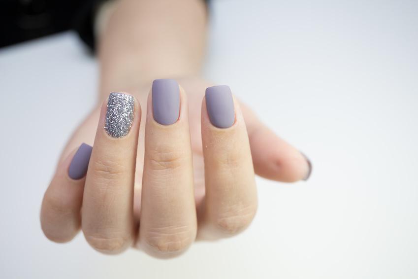 Dezentes Nageldesign mit Lila UV Farbgel auf Fingern