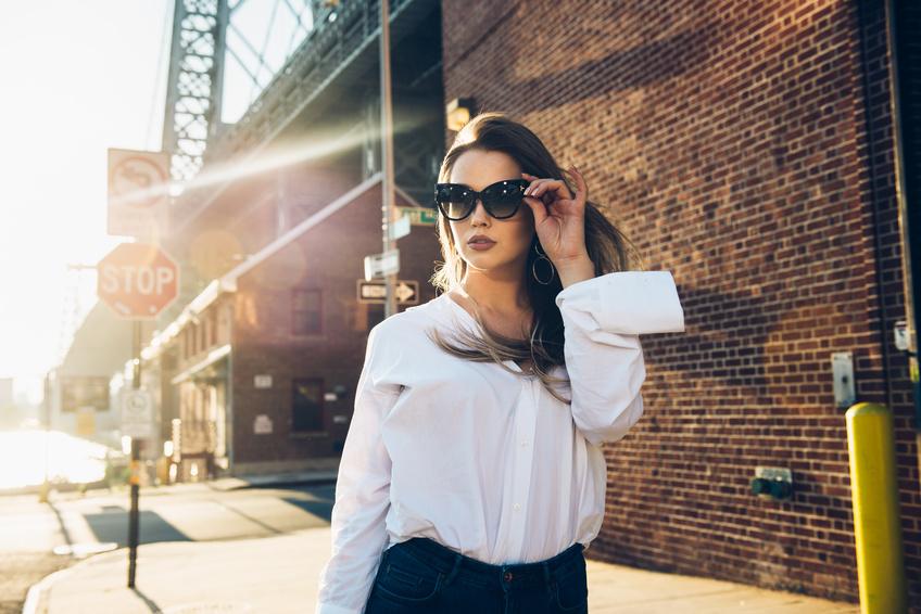 Eine Frau im Urban-Chic-Look trägt Nägel mit Make Up UV Gel