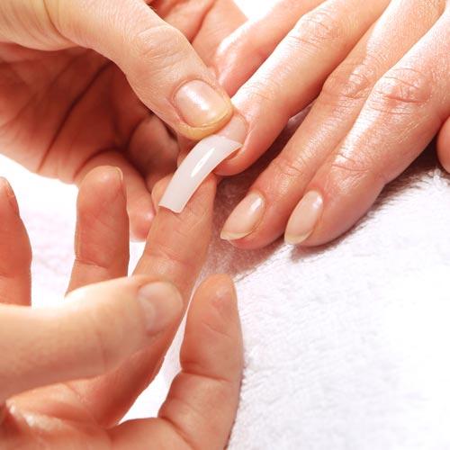 Eine Nagelverlängerung wird mit einem Nagel-Tip gezeigt