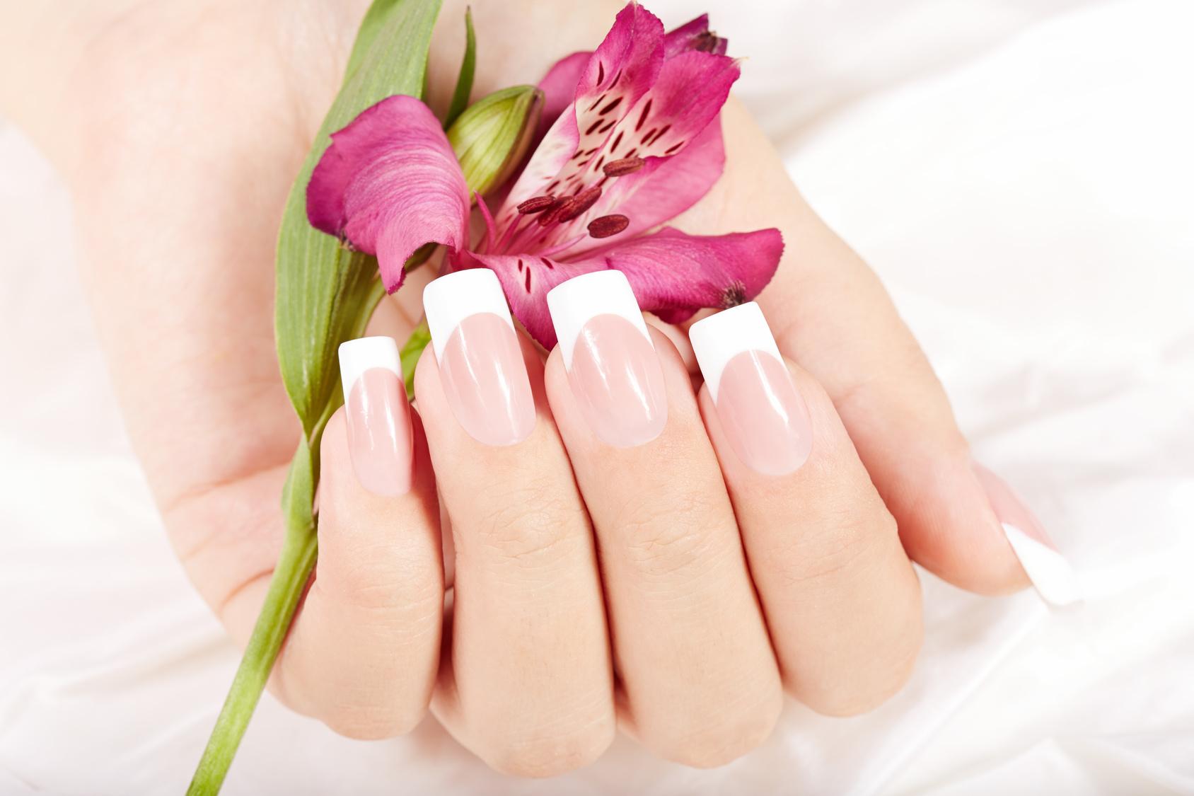 Hand zeigt, dass Make Up UV Gel mit Nagel Tip Verlängerung kombiniert werden können