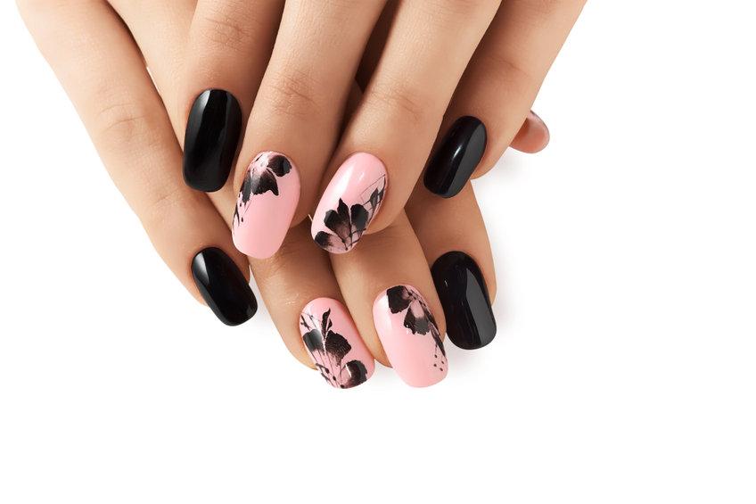 Fingernägel mit schwarzem schicken zeitlosen Nageldesign