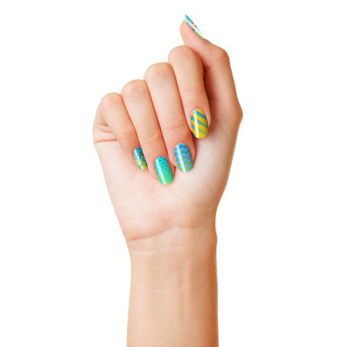 Eine Damenhand mit Nailart Design via Dotting Pen